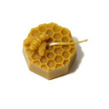 Świeca pszczoła na plastrze